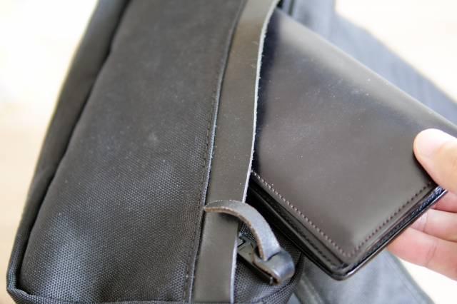 カバンの中に財布を入れる