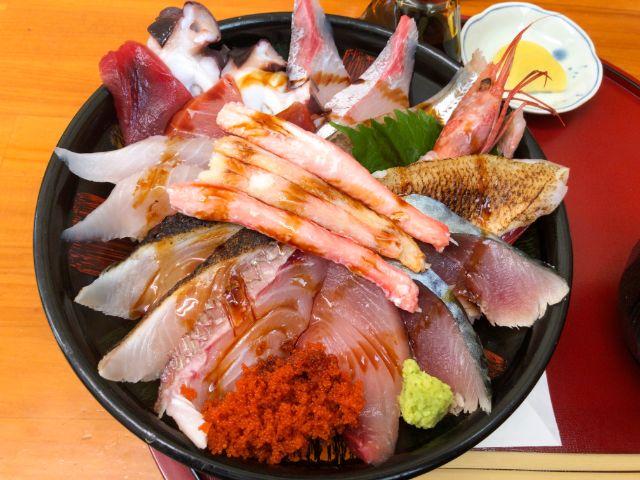 海鮮丼に醤油をかける