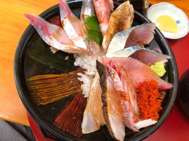 海鮮丼の半分を食べた