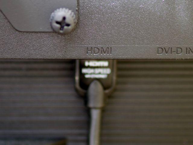 モニターにHDMIケーブルを差す