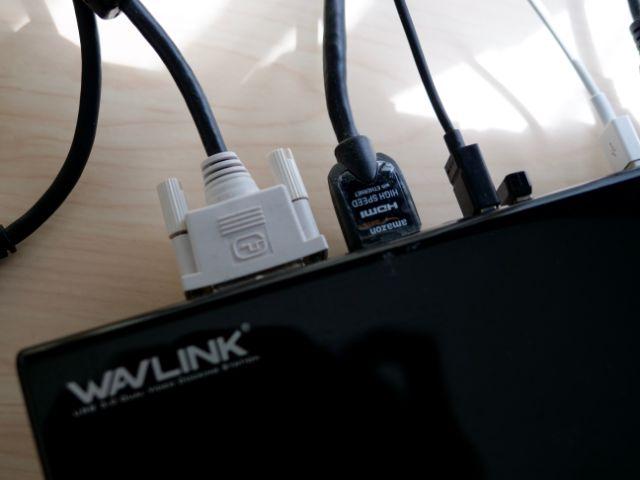 ドッキングステーションにHDMI・DVIケーブルを差す