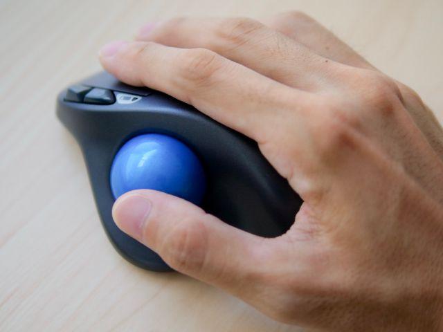 マウスに手を添える