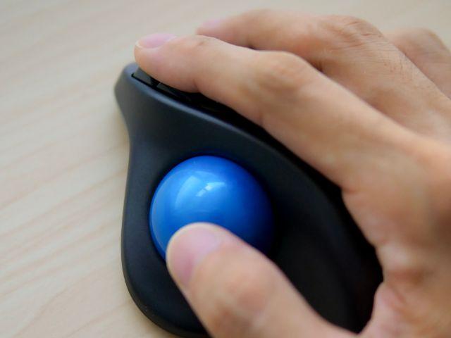 親指のボタンを操作する