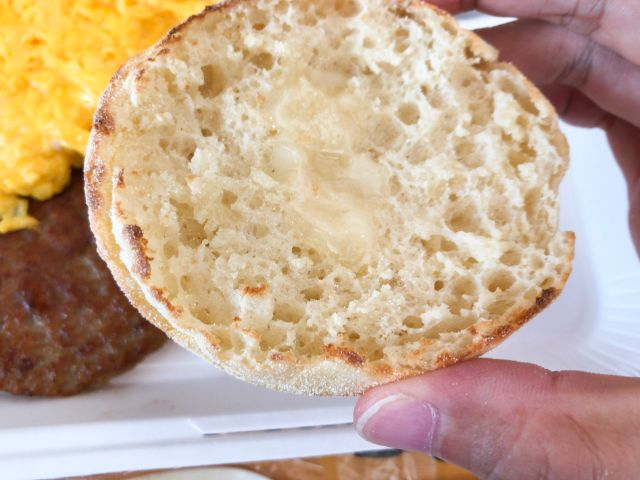 バターのついたイングリッシュマフィン