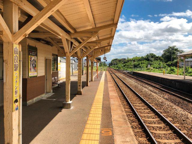コナン駅の列車のホーム