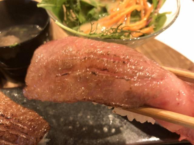 牛炙り肉寿司を食べる