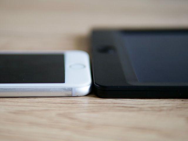 NEWYES電子パッドとiPhone8の薄さ比較