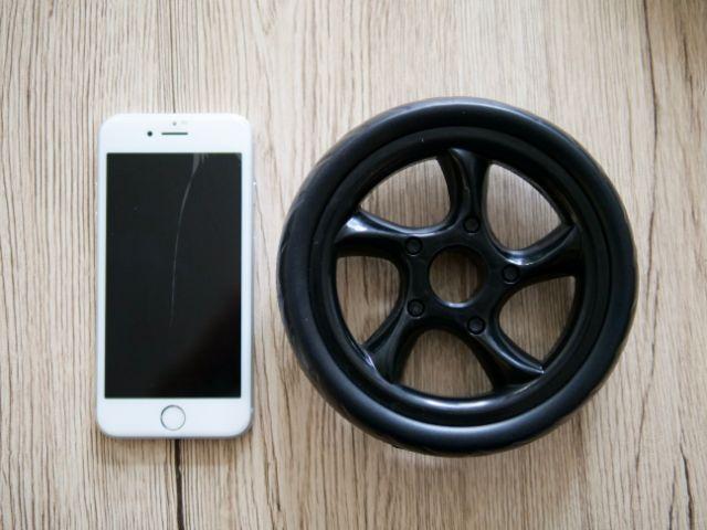 SoomloomアブホイールのホイールとiPhone8の大きさ比較