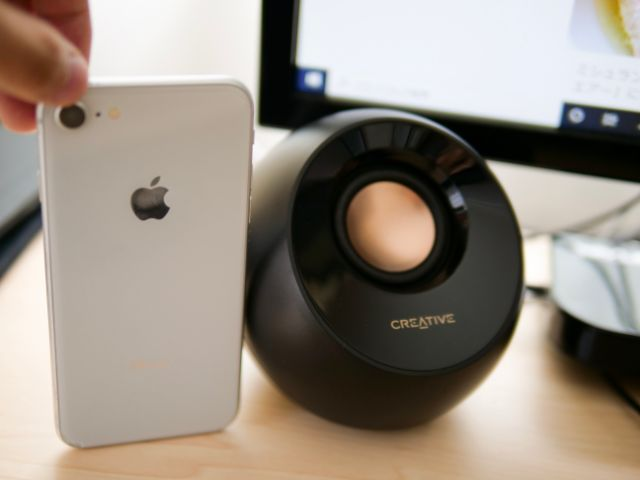 Creative PebbleとiPhone8の大きさ比較