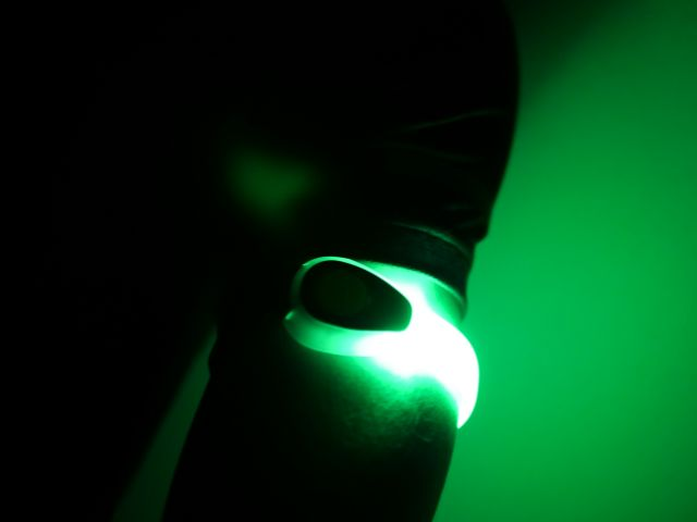 暗闇で光るジェントスのセーフティバンド