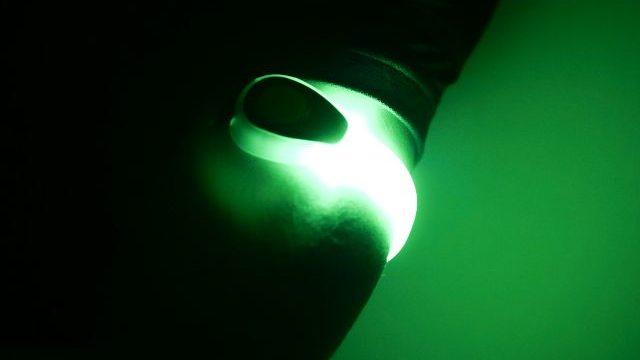 暗闇で光るアームバンドライト