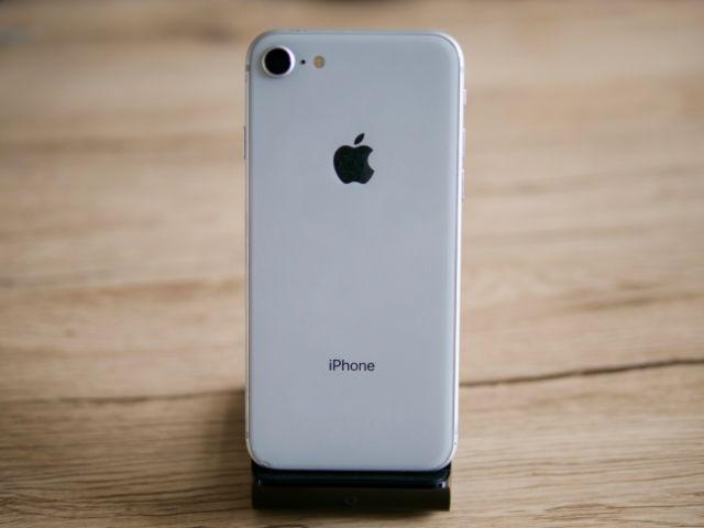 iPhone8をスタンドに置いた状態①