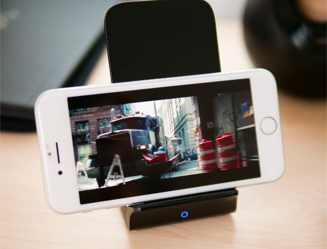 iPhoneで映画を見ながら充電する