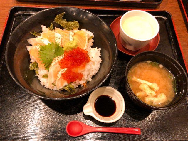 村上水産のあぶりサーモン丼
