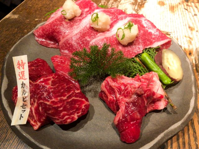 特選カルビセットの3種の焼肉