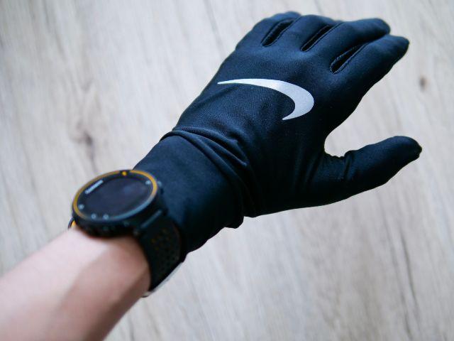ランニングウォッチと手袋を装着