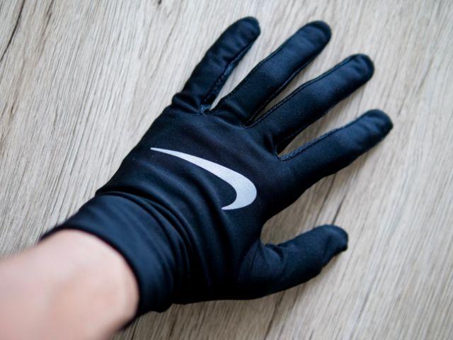 手袋で手を保護する