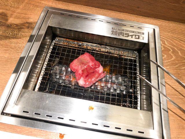 一人で肉を焼く