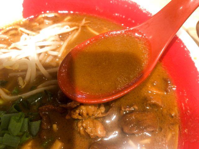 徳島ラーメンのスープを飲む