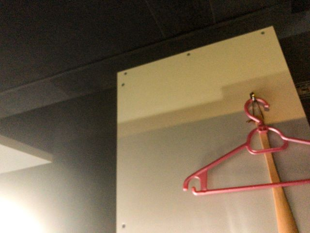 ネットカフェのブースの壁
