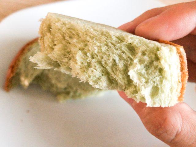 よもぎ食パンを食べる