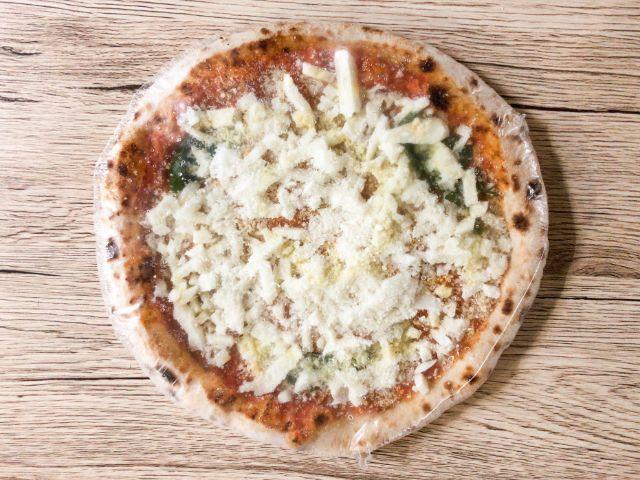 外袋から取り出した冷凍ピザ