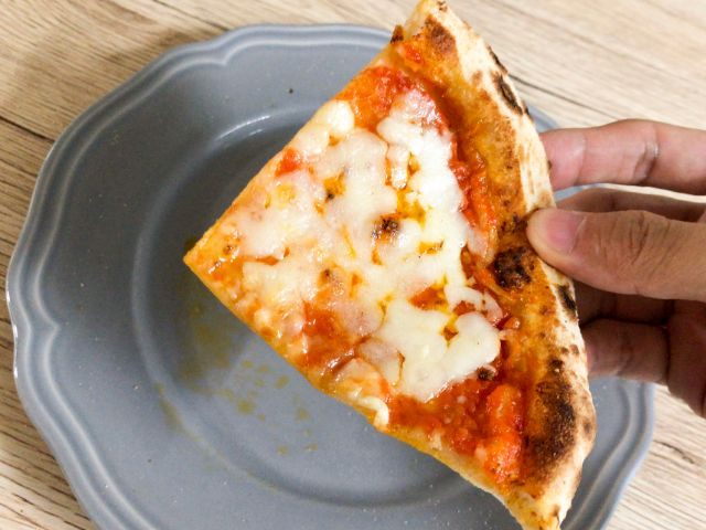 ピザの4切れ目を食べる