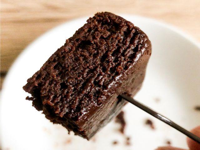 温めたガトーショコラを食べる