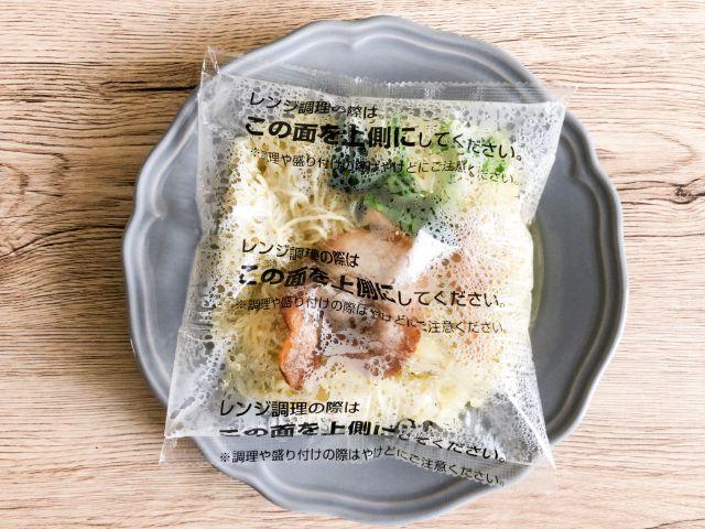 電子レンジで加熱した具付麺
