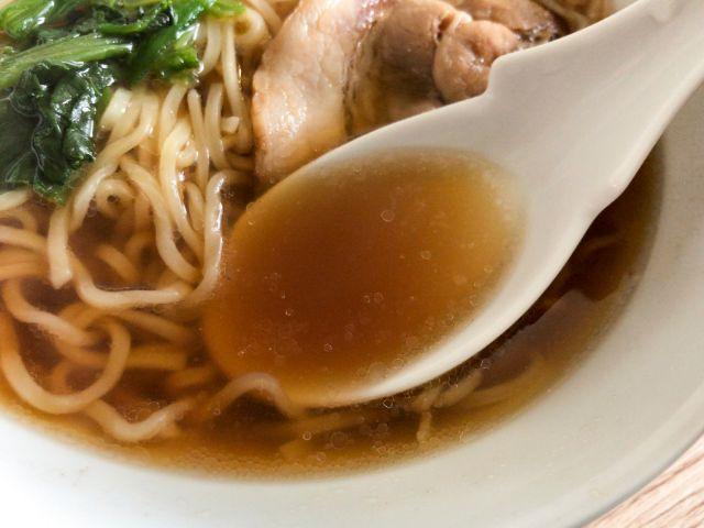 具付き醤油ラーメンのスープ