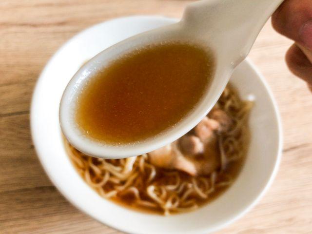 スープを飲む