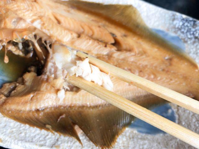 煮魚を食べる