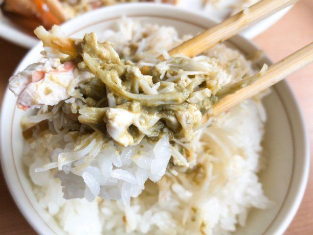 かにと白米を食べる