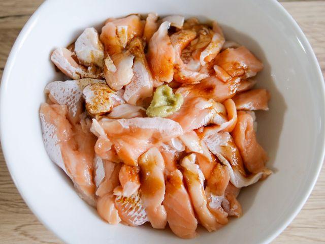 刺身醤油をかけたトロサーモン丼
