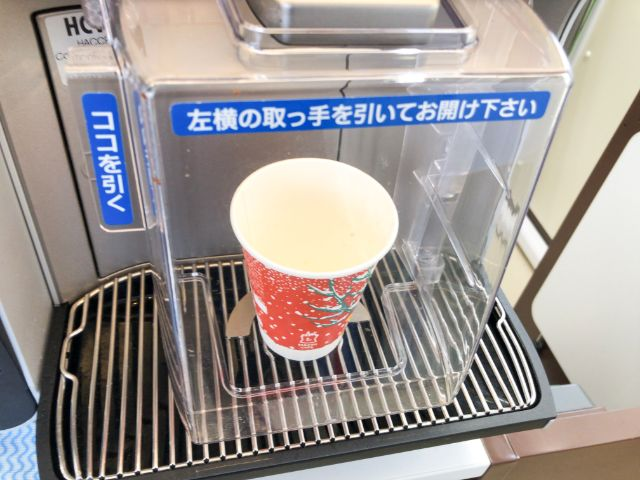コーヒーマシンにカップを置く