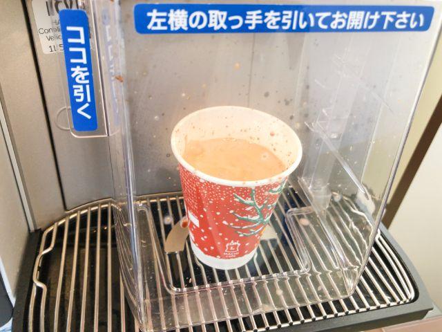 コーヒーを注ぎ終わる