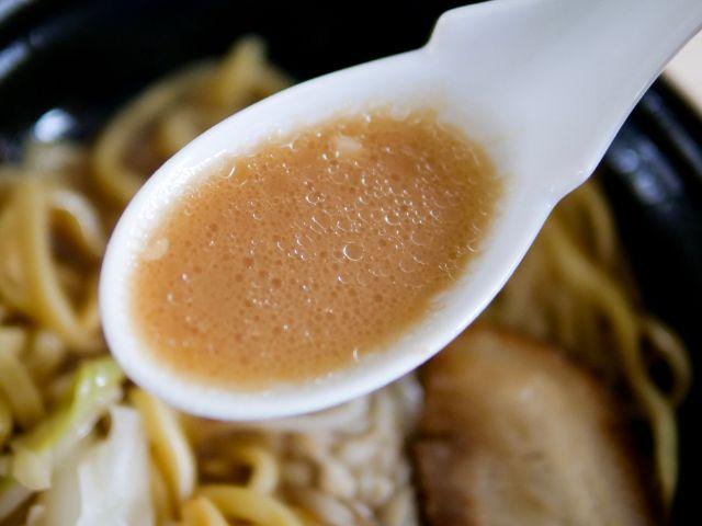豚醤油ラーメンのスープを飲む