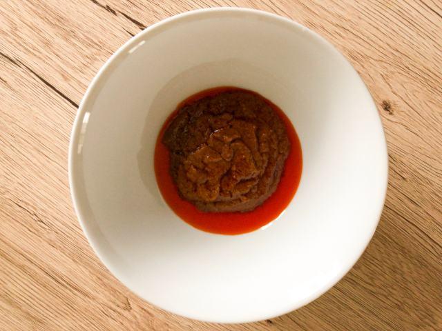 丼に液体スープを入れる