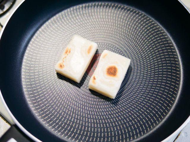 フライパンで焼いた餅