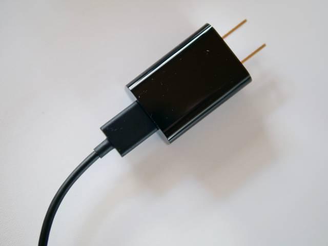 電源アダプタにUSBケーブルの大きい方の端子を差し込む