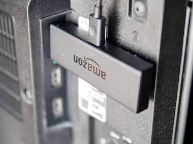 テレビのUSB端子にFire TV Stickを挿す