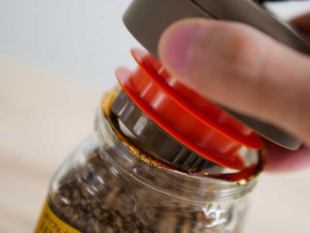 インスタントコーヒーキャップを瓶にはめる
