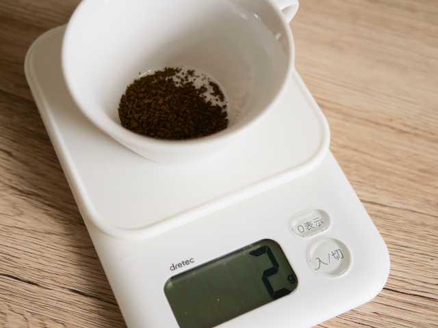 スケールでコーヒー粉の重量を測る