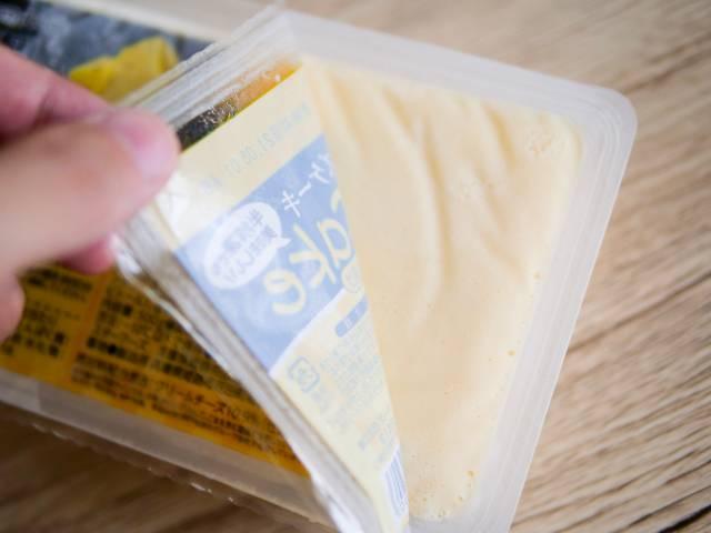 リッチチーズケーキのフタを開ける