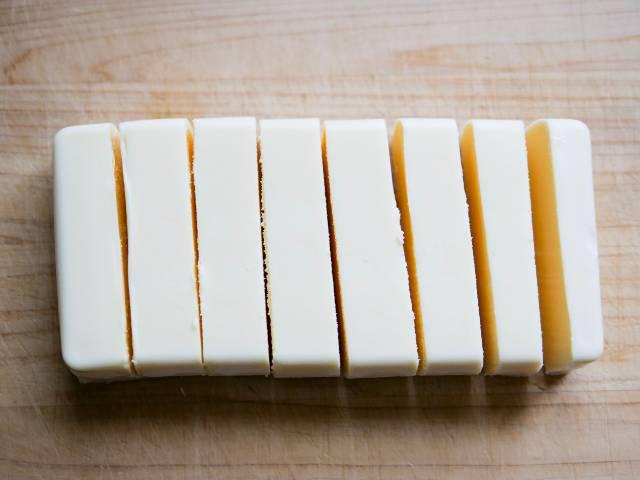 リッチチーズケーキを8等分にカット