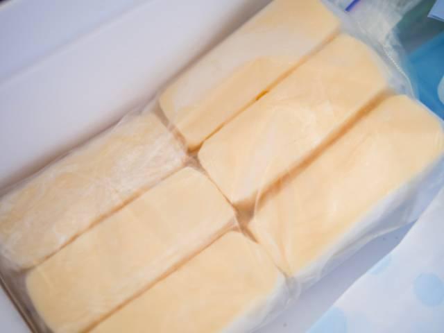 リッチチーズケーキを冷凍庫の中へ入れる