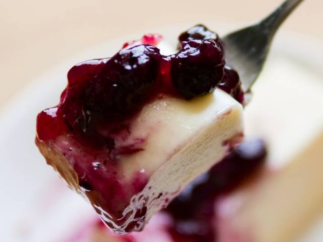 ブルーベリーたっぷりのリッチチーズケーキを食べる