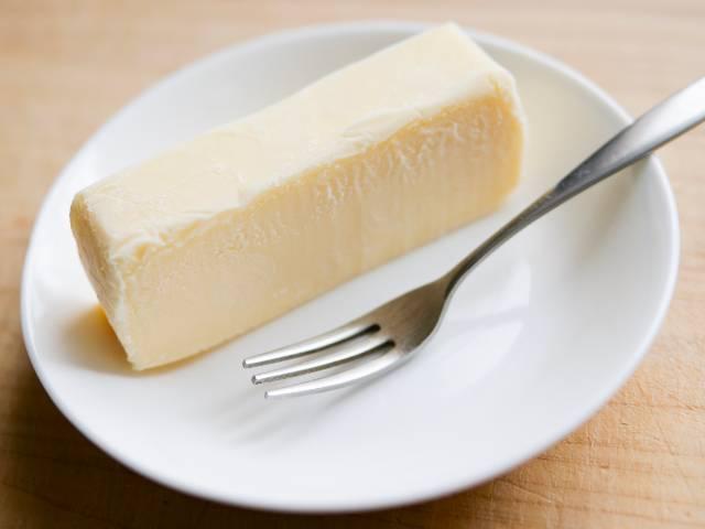 お皿に盛ったリッチチーズケーキ