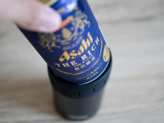 保冷缶ホルダーに缶ビールをセットする