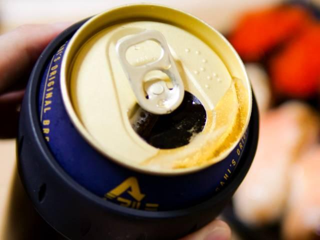 キンキンに冷えた缶ビールを飲む